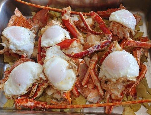 Langosta roja frita con huevos y patatas